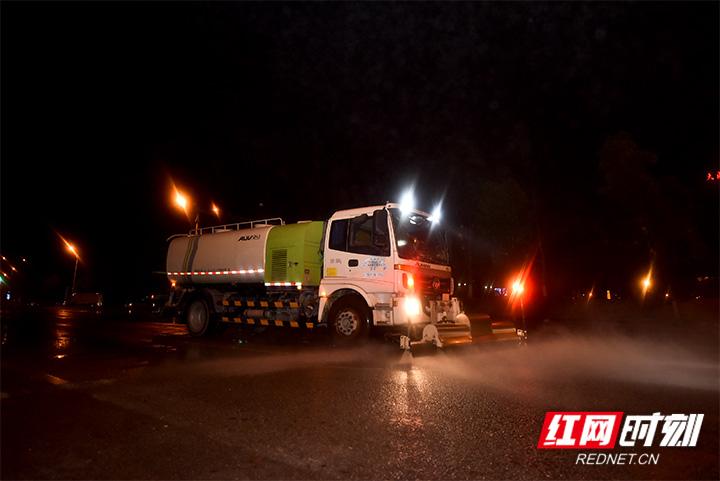 2月20日凌晨,张家界市环卫处组织300名干部职工和150名志愿者。经过近3个小时不间断的路面作业,环卫工人总共清扫了45多吨的垃圾,原本狼藉不堪的路面在她们的辛勤劳动下,又重新变得干净了起来。(摄影/张潘)