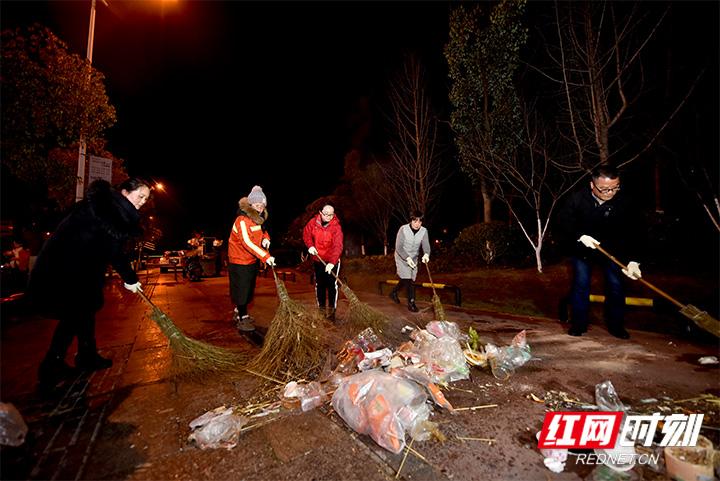 【高清组图】元宵垃圾不过夜 环卫工人凌晨上岗保清洁