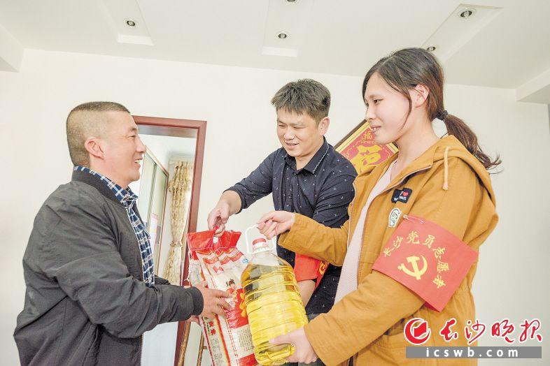 雨花区的党员志愿者走进特殊居民家中,送去爱心物资。