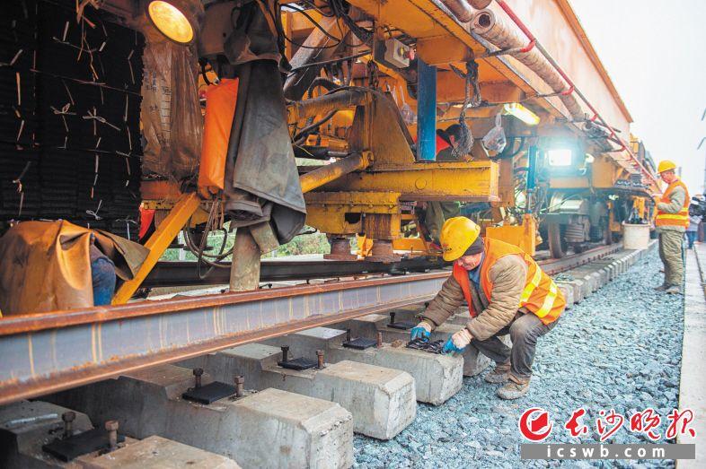 蒙华铁路浏阳段已正式启动铺轨,将于今年6月完成。       长沙晚报通讯员 张迪 摄