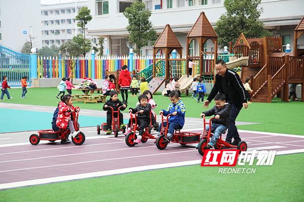 幼儿园的孩子们开心地玩耍。.jpg