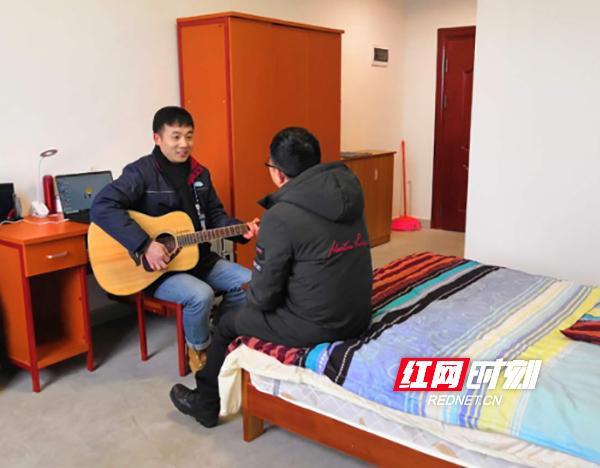 """同事来参观""""新家"""",凌鸿波弹起了吉他庆祝.jpg"""