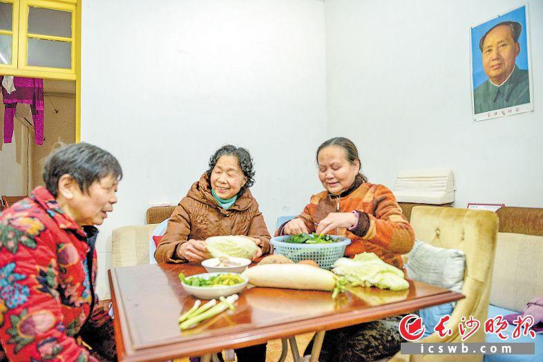 在天心区新开铺湘电线材生活小区,老街坊邻里悉心照顾着患有眼疾的李桂华奶奶(左一),生活其乐融融。长沙晚报全媒体记者  陈飞 摄
