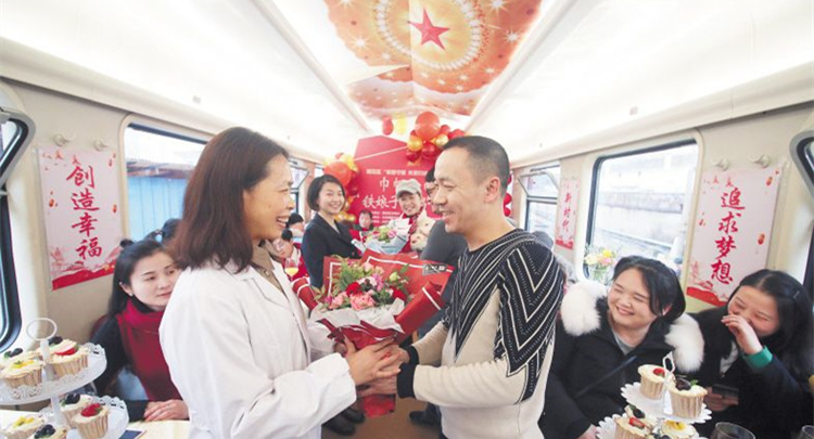 """火车车厢变""""感恩小屋"""" 鲜花送给爱心""""铁娘子"""""""