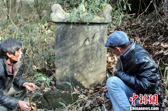 文物专家正在察看功德碑。永州供图