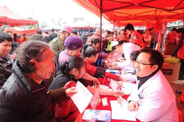 志愿者们为老人义务体检并提供咨询。图片来源:湘潭日报社全媒体记者 方阳 摄.jpg
