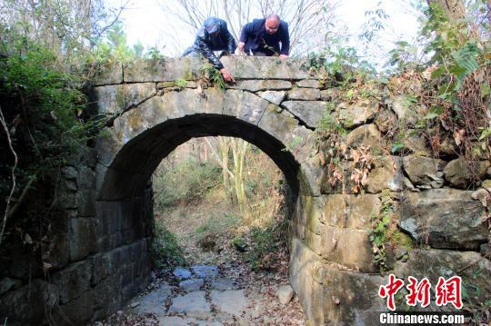文物专家正在考察石拱桥。永州供图