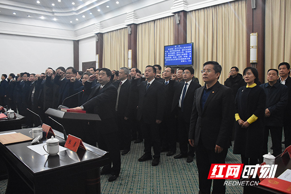 新任国家工作人员向宪法宣誓。.jpg