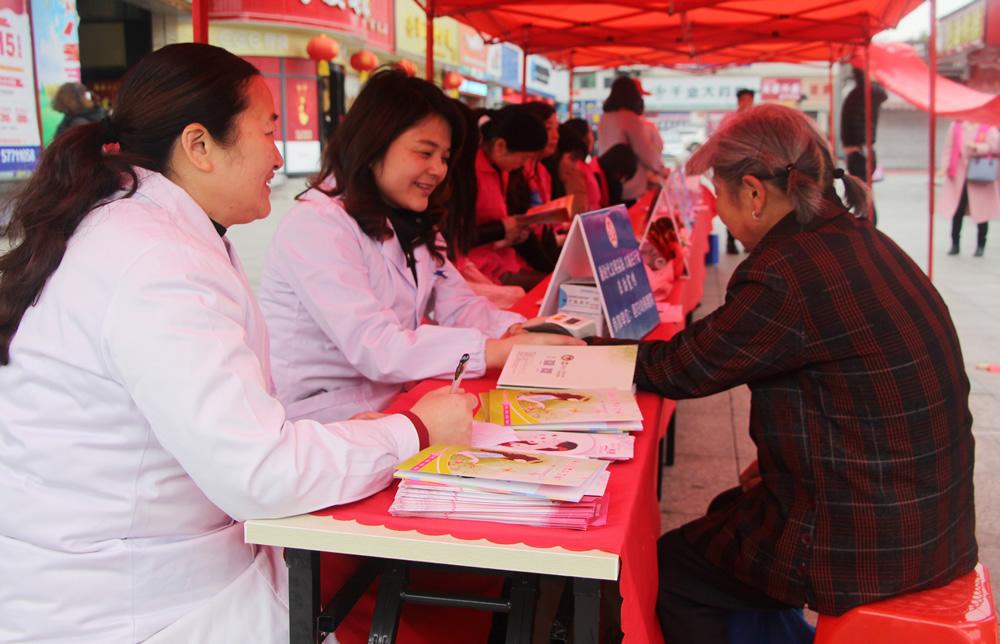 巾帼志愿者进行法治宣传。