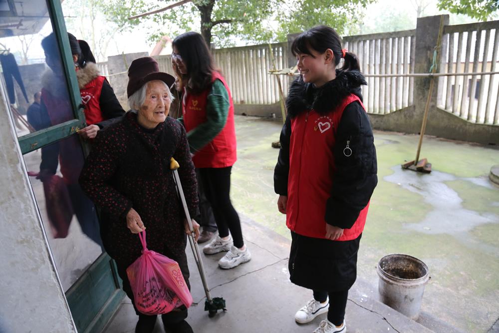 志愿服务队为老人送上生活物资。
