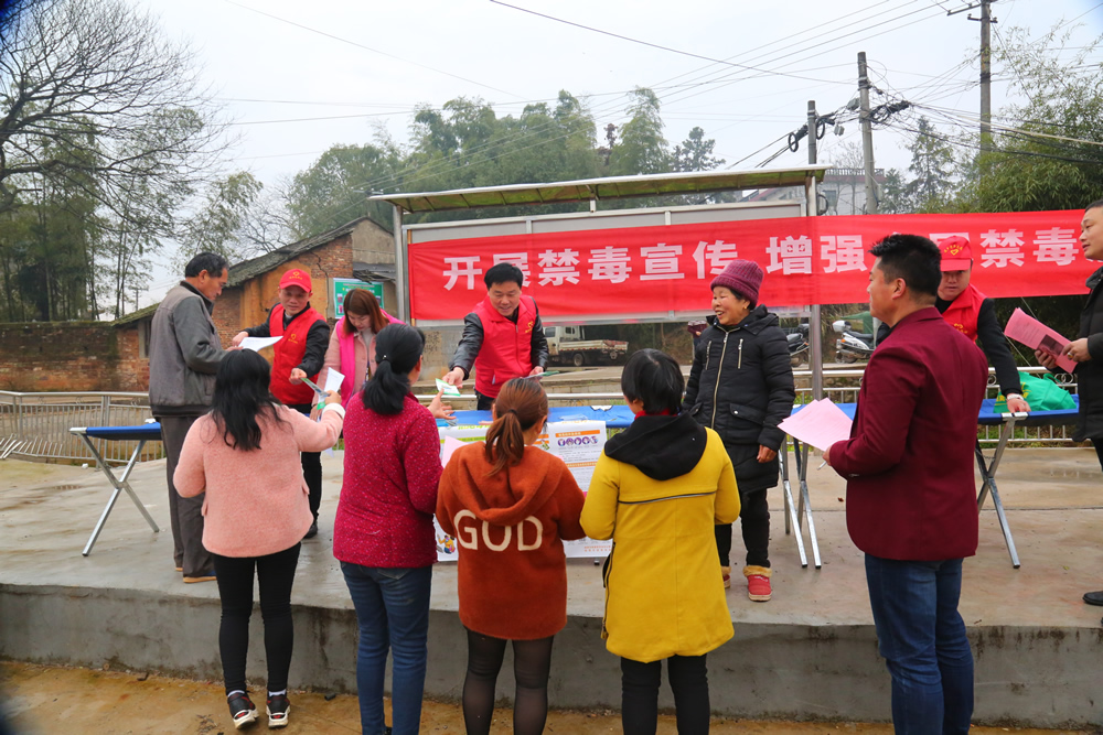 志愿服务队在集市开展政策法规宣传。