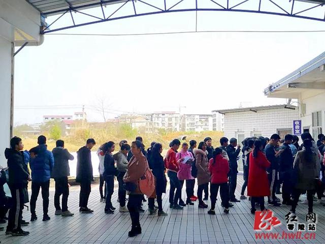 """零陵民警为在校学生提供周末""""预约""""办证服务"""