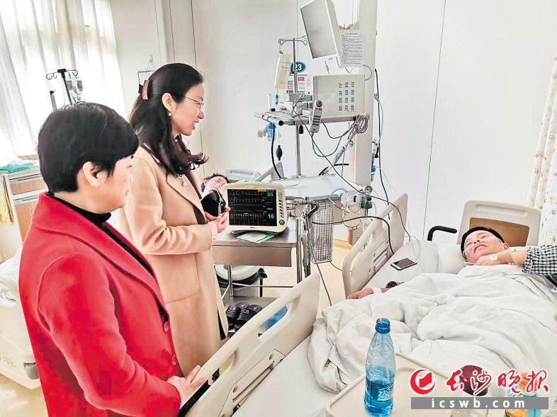 昨日,湖南省卫生健康委员会相关负责人到中南大学湘雅医院看望并慰问张小琼的丈夫。照片由湘雅医院提供