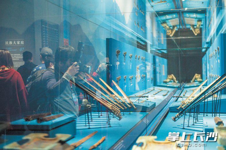 游客在博物馆观看青铜材质的古剑。