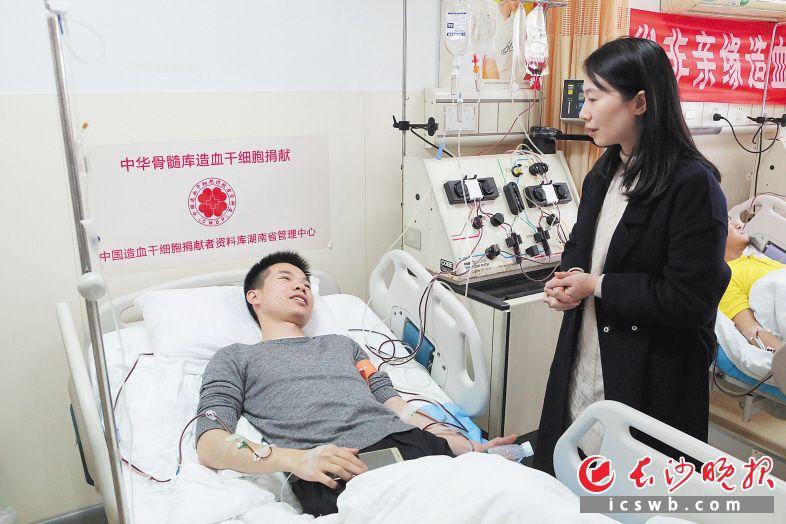 患者的主管医生受托专程从广西赶来当面感谢邹大智再次捐献造血干细胞。长沙晚报通讯员 王天宏 摄