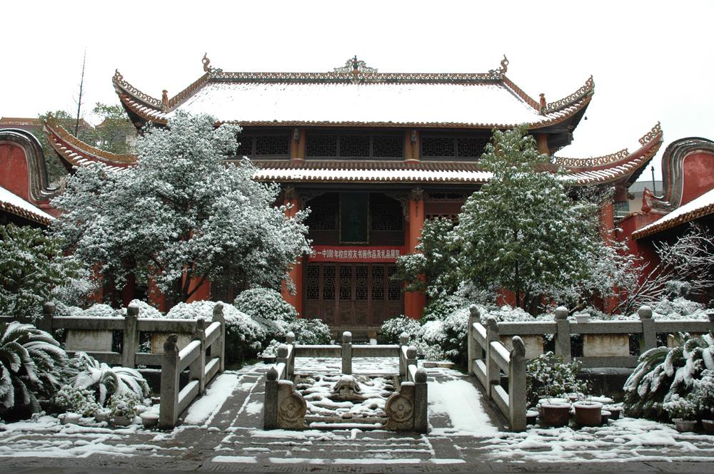 湘乡文庙,又称孔庙,坐落于湘乡一中校园内,始建于北宋大中祥符二年(1009年) , 因其独特的建筑、精巧的雕刻和悠久的历史而被列为湖南省重点文物保护单位。