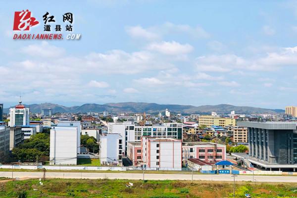 3月25日,道县久雨初晴,天空变蓝,白云朵朵,在阳光的照耀下,城市一片生机勃勃。