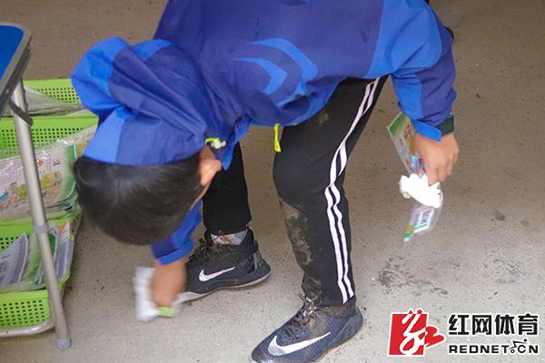 擦拭泥鞋。