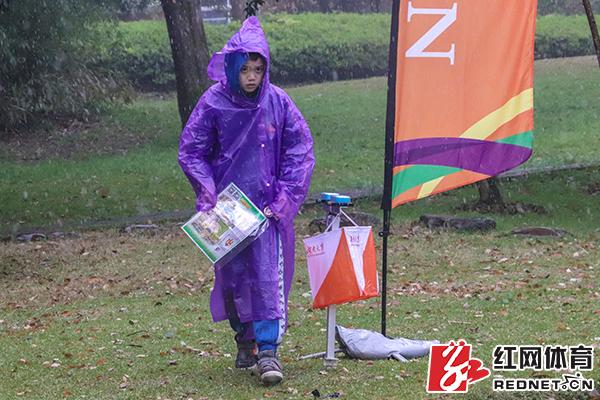 冒雨参赛。