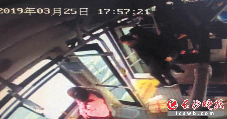 吴兵将公交车开到医院附近后,又背着发病的老人下车直奔急救室。  视频截图