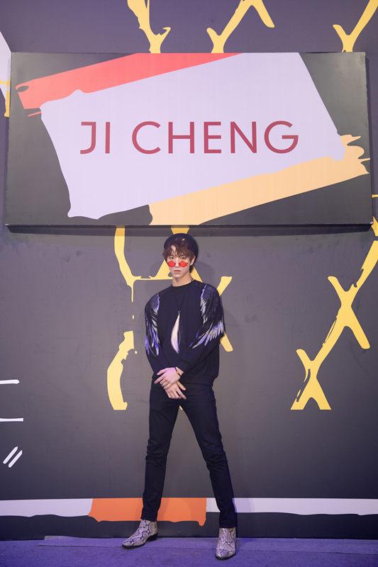 陆羽参加上海时装周压轴秀 红色几何眼镜成点睛之笔