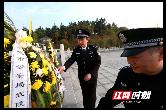 武陵公安清明为因公牺牲的公安英烈扫墓