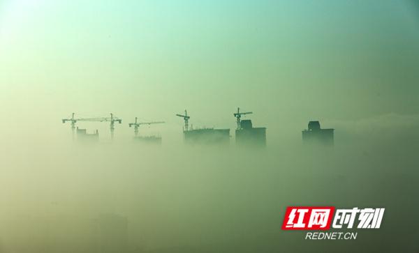4月7日,湖南省东安县紫水河两岸出现罕见平流雾景观,从高处俯瞰,楼宇、山峰间云雾缭绕,若隐若现,县城碧空如洗,草木葱茏,宛如画卷。( 唐明登)