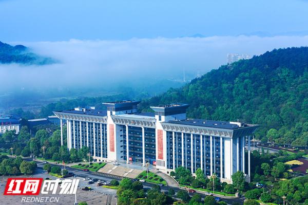 东安:云雾缭绕 宛如画卷