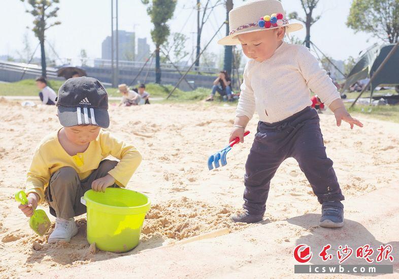 昨日,银星湾公园里,孩子们正在玩耍,开心不已。  长沙晚报全媒体记者 邹麟 摄