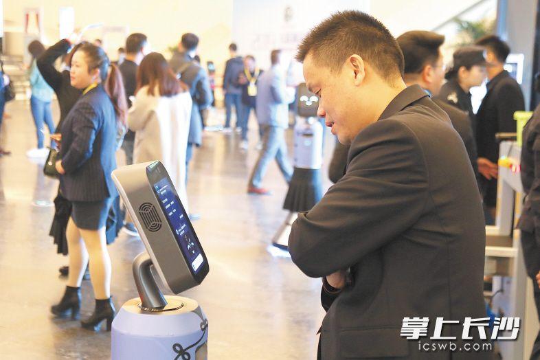 岳麓峰会主会场入场口,智能机器人向参会嘉宾介峰会情况。均为黄荣佳 摄