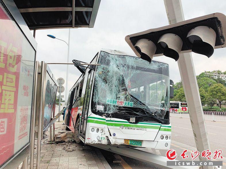 公交车撞上信号灯杆冲上站台。  长沙晚报全媒体记者 邓艳红 摄