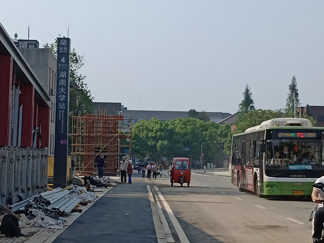 4月9日起,因地铁施工已被围挡了三年多的长沙地铁4号线湖南大学站(麓山南路桃子湖路至牌楼路)路段全面放开通行。记者 陈月红 摄