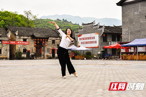 黄玲高中时是舞蹈艺术生,有时时直播时也会在广场上来段舞。.jpg
