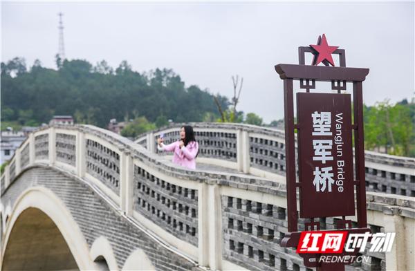 新建的望军桥,黄玲每次直播时都会跟网友介绍桥的历史和由来。.jpg