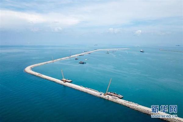 这是2018年4月28日在马来西亚关丹港新深水码头拍摄的防波堤。