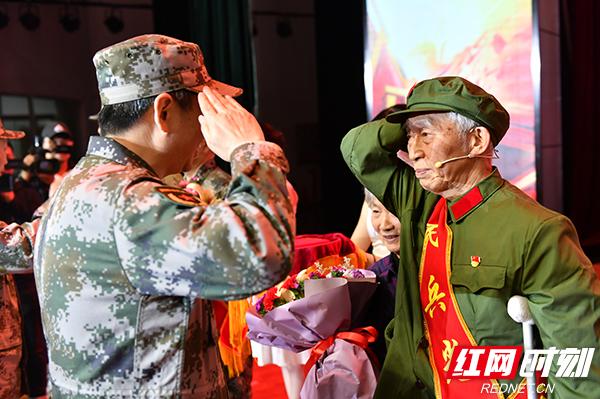 军地领导为民兵典型颁发荣誉证书.jpg