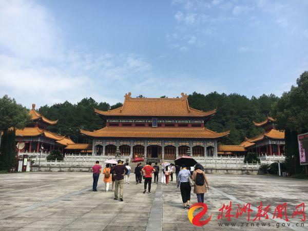 游客游览炎帝陵景区。