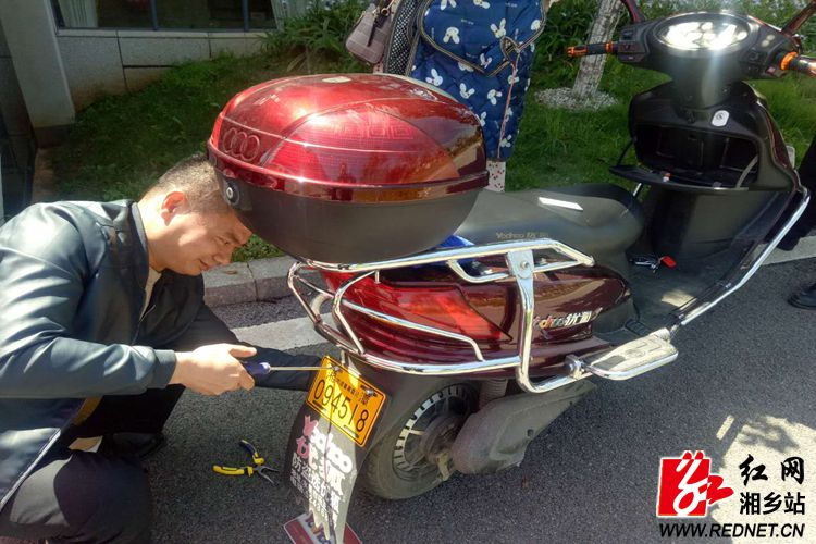 """公安局:湘乡交警开展""""两车""""防盗安装工作"""