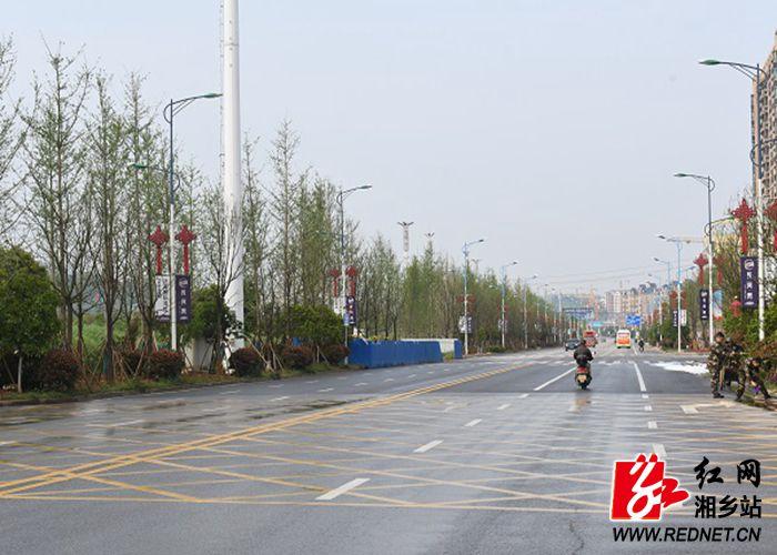 人民路绿化施工后,道路两旁绿植错落有致_副本700-500.jpg