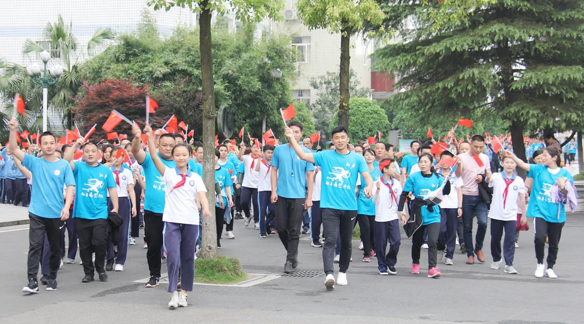 12个方阵共2千余名学生、家长从校园各个方向聚拢