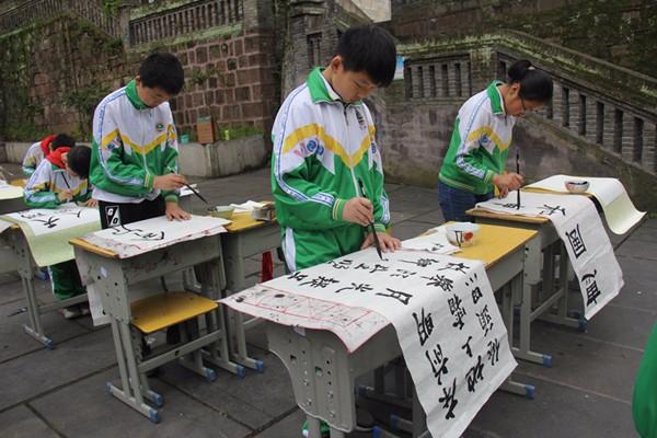 凤凰中小学生上演现场书画艺术盛宴