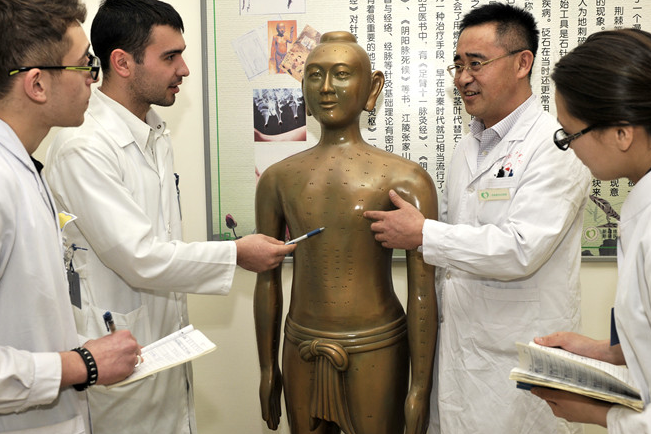 Overseas students flood in to study ancient Chinese therapies
