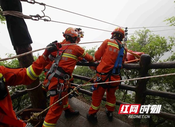 4月26日,张家界市武陵源区消防救援人员在大雾天气下进行救援演练。