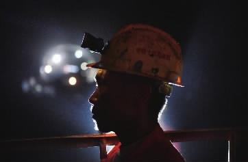 """4月27日,张吉怀高铁麻阳井家山隧道,在灯光照射下,劳动中的工人犹如""""雕像""""。  说起工作,我很自豪,但对家庭,我只有说不完的亏欠。""""中铁上海局张吉怀一队80后队长刘健心酸地说。去年暑假,爱人杨平带着4岁的儿子来工地探亲,因工作忙,他都没能好好地陪陪他们。儿子看见他就像见了陌生人,不肯让他抱。"""