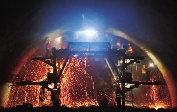 """4月26日,吉首市杨家坪隧道,中铁上海局工人在进行焊接作业。  他们的辛勤付出,使张吉怀高铁建设正有序推进。2021年,武陵山片区人民将实现""""家门口""""通高铁的梦想。  劳动创造筑就中国梦。今天,我们用影像为高铁建设的""""基石""""喝彩,向他们致敬!"""