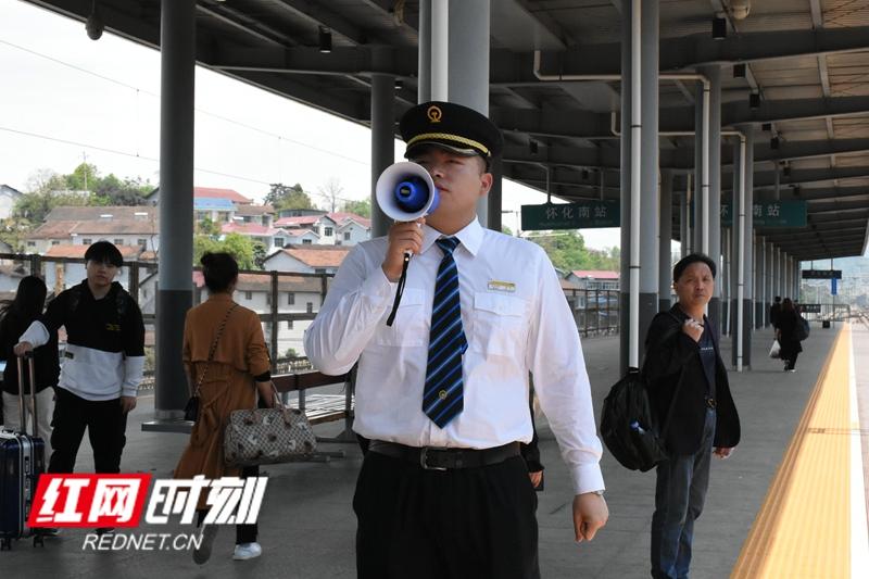 赵淙,怀化南站客运员,负责旅客站台安全并保障列车正常运行。指导乘客前往指定位置、制止旅客站在黄线内候车是他的工作常态。从早上6点到晚上12点,高铁平均每十几分钟进站一趟。只要乘客开始进站,他就会打起十二分精神,直到目送列车驶出站台。
