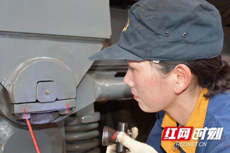 怀化机务段,主要负责铁路机车的运用、综合整备、整体检修,是火车安全运行的重要保障。        在机车检修车间,刘新元正在进行防缓标识,用红线标记每一个螺丝接口处,一旦发现红线错位,表明这颗螺丝出现了松动,它提示着每个细小的安全隐患。一台机车大约有600-700个螺丝,刘新元需要在2个半小时左右完成标识。