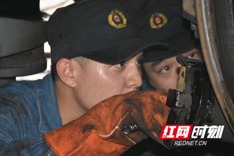 机车底部,马斌和江四喜正在检查和确认电焊点。由于长时间进行电焊作业,地沟中的温度比车间温度要高上十几度,两人早已大汗淋漓。