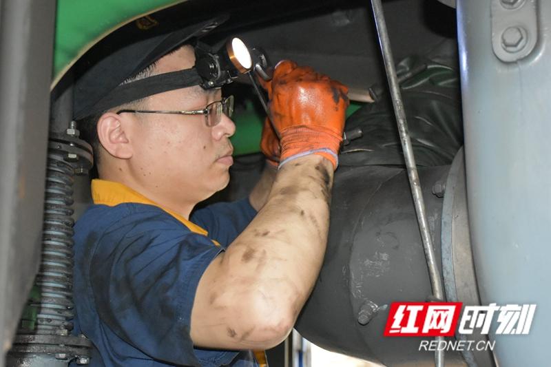 王椿程,正在内燃机车上进行机车柴油机系统检修。狭小的空间中布满了各种管道和机械组件,王椿程穿梭其间,一天下来,全身沾满了机油。