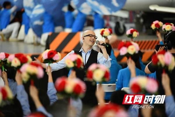 平安在珠海飞机基地演唱《乘风破浪》.jpg